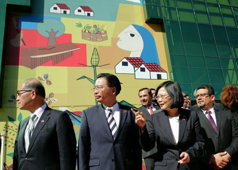 中美洲統合體辦公大樓大門正中央鑲有象徵中美洲團結精神的巨型落地彩繪花窗,是薩爾瓦多知名畫家Fernando Llot的創作,以中美洲歷史及特有文化的結合,象徵邁向統合的願景。(總統府提供)