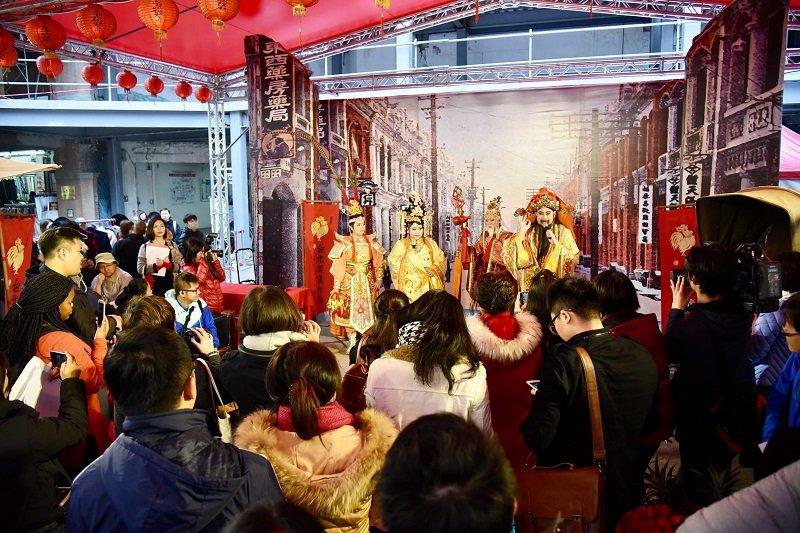 年藝表演中可以看到在地街頭藝人化身六大神明,與觀眾同樂。(台北市政府)