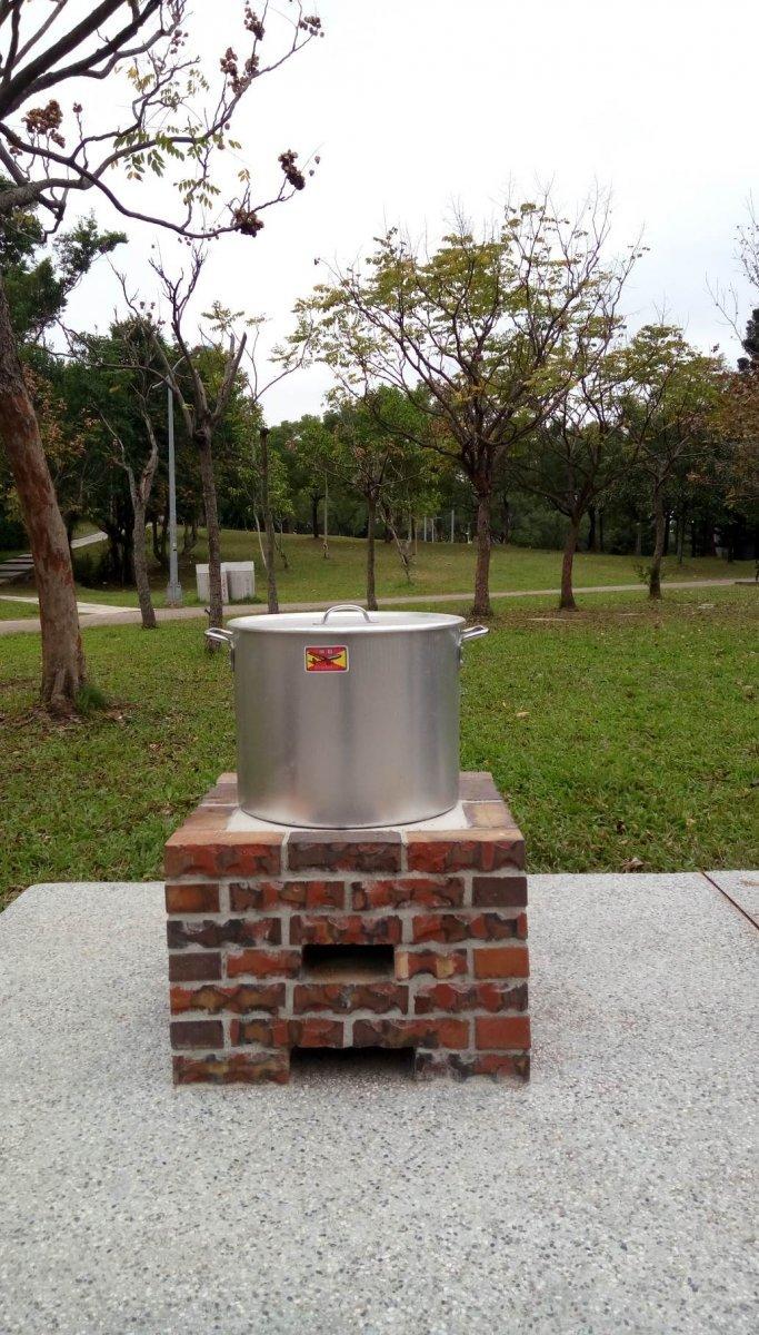 搬開椅面後成為單口爐灶。(台北市公園處提供)
