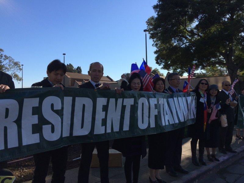 蔡英文在舊金山的下塌飯店外有支持者歡迎「台灣總統」,也有主張台灣與中國統一者抗議她過境美國從事分裂活動。(讀者提供).jpg
