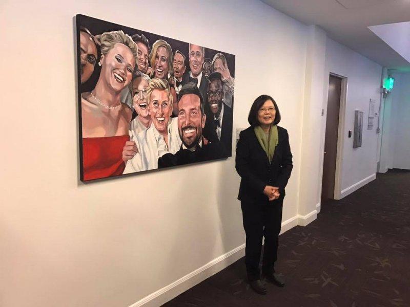 蔡英文參觀推特總部,與奧斯卡巨星自拍照色鉛筆肖像畫合影。(取自莊瑞雄臉書).jpg