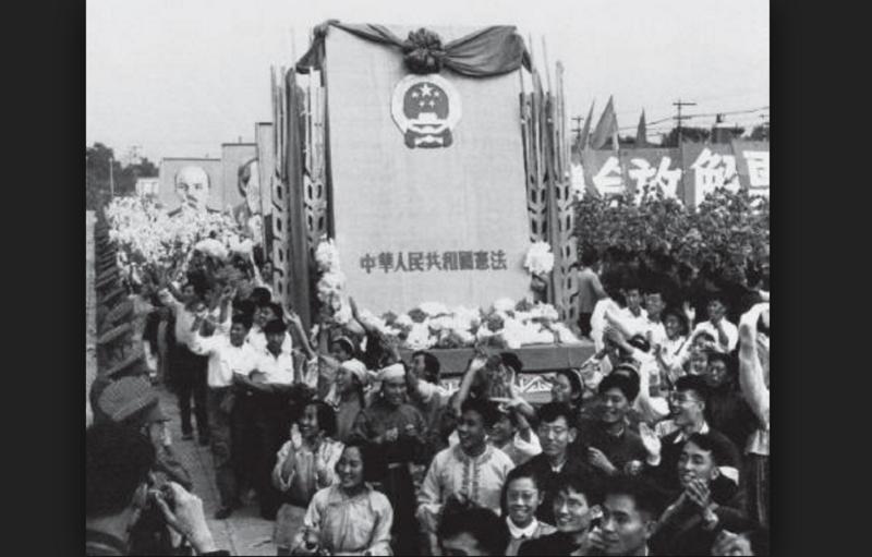 1954年9月中國一屆全國人大一次會議通過《中華人民共和國憲法》。圖為1954年國慶節,遊行群眾抬著《中華人民共和國憲法》模型通過天安門。
