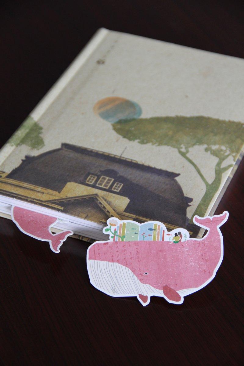 2017年年春暖限量版書籤,夾進書中只露出魚尾的模樣十分可愛(台灣文學館提供)