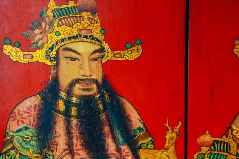 這是劉家正三十多年前的作品,有一次老寺修復中相遇,師傅自費為廟方建了新門,把祂收藏了起來。相比過去的作品,可以看出現在光影與鬍鬚的技法,變得更為細膩。