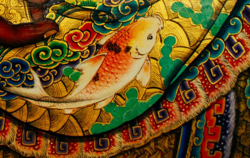一間廟宇彩繪師傅的功力,看門神就知道。因為門神彩繪相當複雜,神明身上整間廟宇的彩繪都有,有圖騰、鳳、龍、魚、松、花鳥、神像……,可以說是集大成。