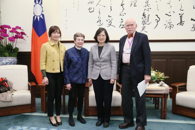 孔傑榮(右一)及其夫人柯恩珠(Joan Lebold Cohen,左二)下午也到總統府會見總統蔡英文。(總統府提供)