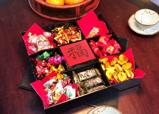 農曆年、春節、年夜飯、除夕、大餐。「食甜甜好過年」,盛裝著過年甜料的「糖餅盒仔」,用以賀正、祭祀與廳堂擺飾用。(取自維基百科,Oliver515攝/CC BY 3.0)