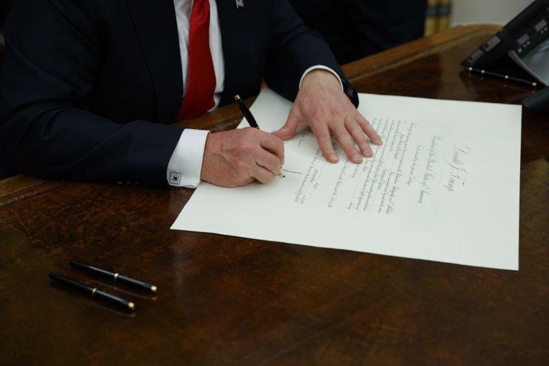 川普20日簽署新任國防部長馬蒂斯的人事令。(美聯社)