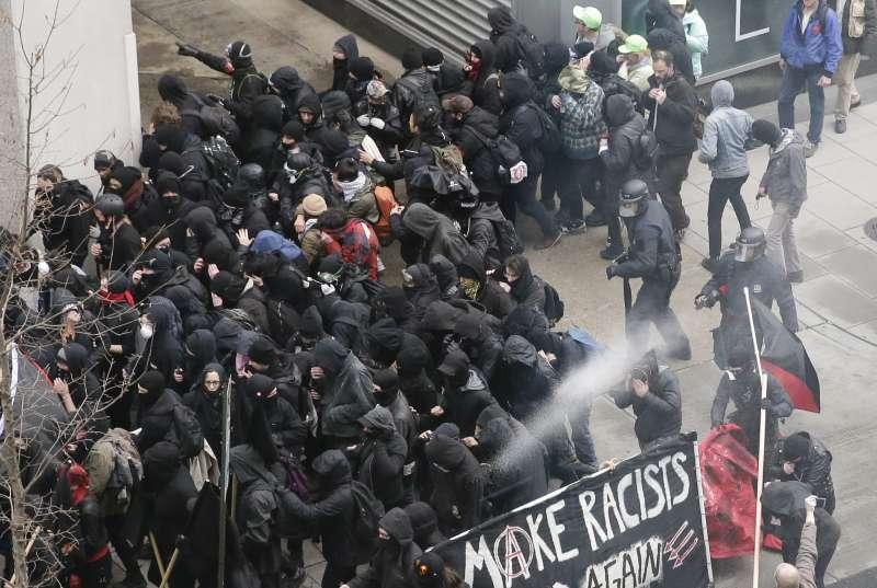 美國警察20日使用胡椒噴霧驅散華府的抗議民眾。(美聯社)