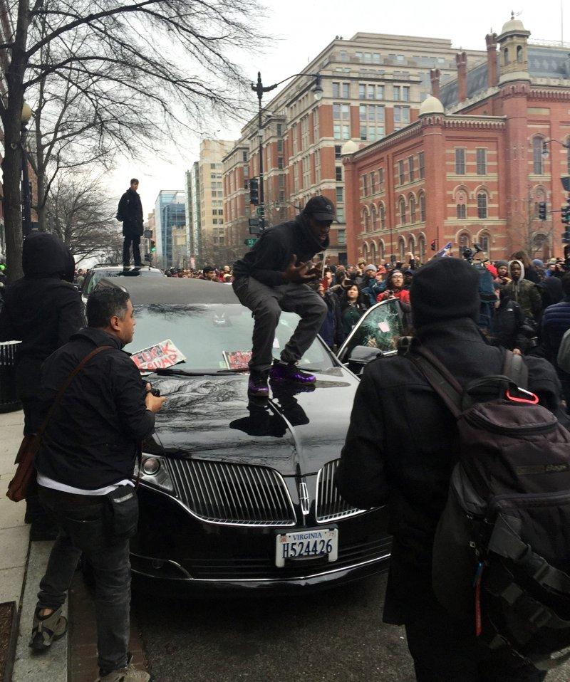 川普20日正式宣誓就職,華府出現大批抗議民眾激烈示威,甚至砸車、砸店。(美聯社)