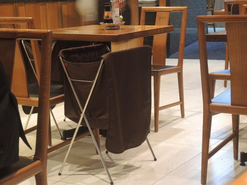 鼎泰豐的置物架,是董事長楊紀華從日本學來並改良的。(圖/鐘敏瑜攝)