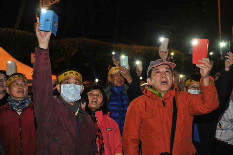 2017-01-22-總統府年金改革國是會議-軍公教團體場外抗議-天黑後抗議群眾開啟手機手電筒-甘岱民攝