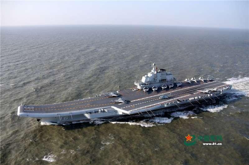 共軍航母遼寧艦編隊完成跨海區跨年度訓練和試驗任務後,1月13日下午返回青島航母軍港。(取自網路)