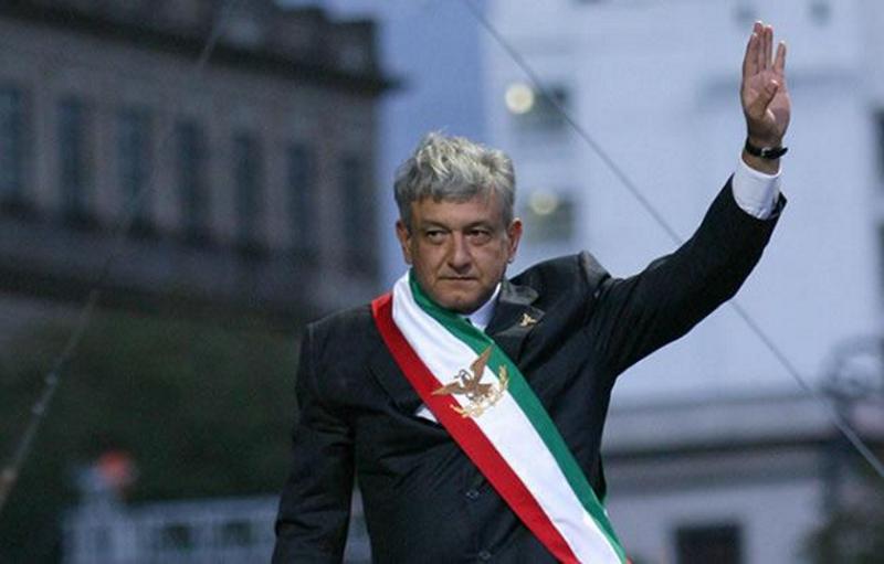 奧博拉多爾(AMLO)出席總統就職典禮抗議選舉不公。(Nov. 21, 2006/FOTO:Cuartoscuro)