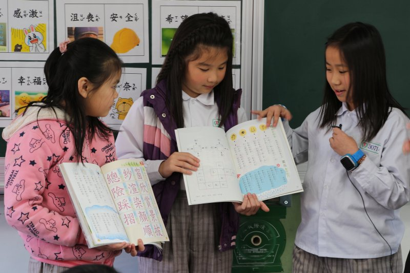 每次發書,美感細胞團隊都會請同學們分享他們對於兩種課本的觀察和想法。(圖/郭丹穎攝)