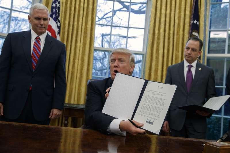 川普23日在白宮簽署行政命令,美國正式退出《跨太平洋戰略經濟夥伴關係協定》(Trans-Pacific Strategic Economic Partnership Agreement,簡稱TPP)。(美聯社)