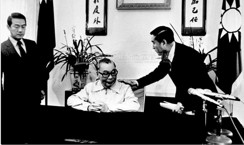1982年,蔣經國準備錄製除夕講話。(徐宗懋/中正紀念堂管理處)