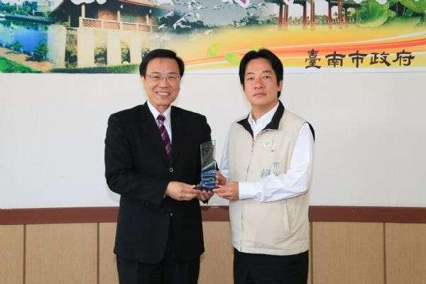 台南市長賴清德(右)與新任副市長張政源(左)。(取自台南市政府)