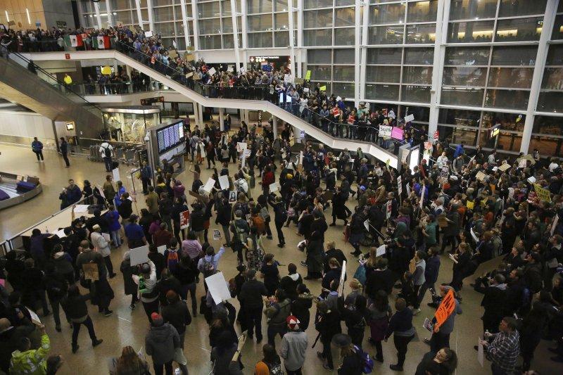 美國民眾於機場抗議川普禁令。(美聯社)