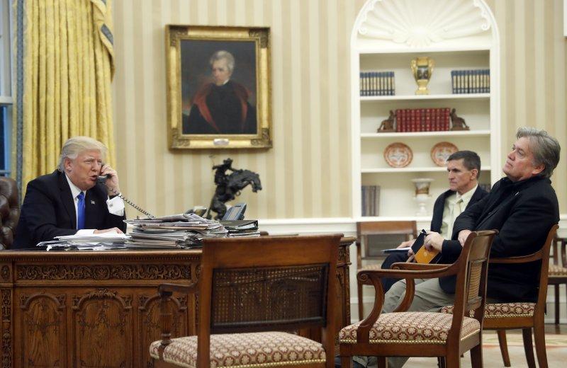 左起:川普、國家安全顧問佛林,白宮策略長巴農(AP)