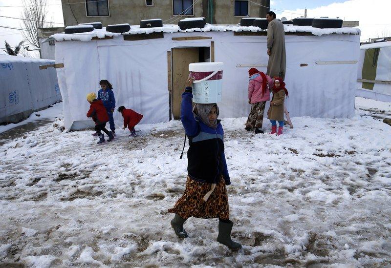 位於黎巴嫩的敘利亞難民營,難民兒童在風雪中只能住在組合屋。(美聯社)