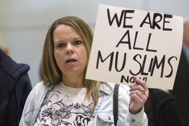 川普簽證禁令被批宗教歧視,不少民眾自發聲援穆斯林。(美聯社)