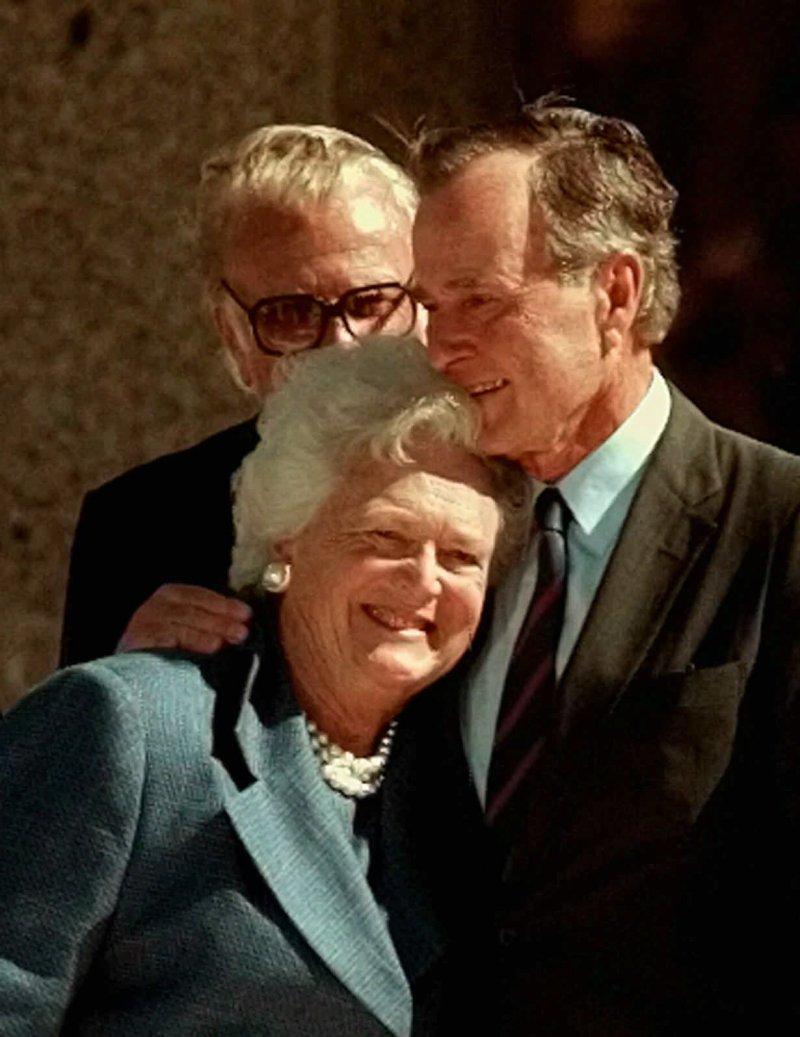 1997年,前美國總統老布希和夫人芭芭拉合照。(美聯社)