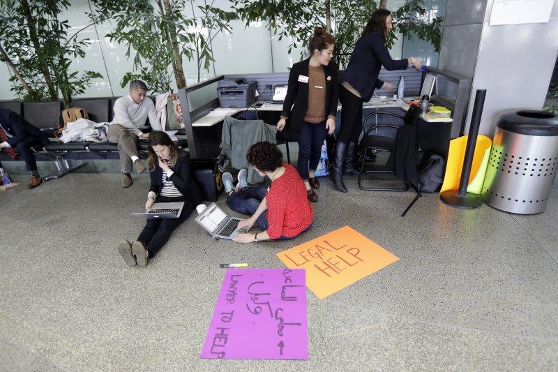 志願律師聚集在舊金山國際機場提供法律協助給因為川普的簽證禁令而無法入境的旅客(AP)