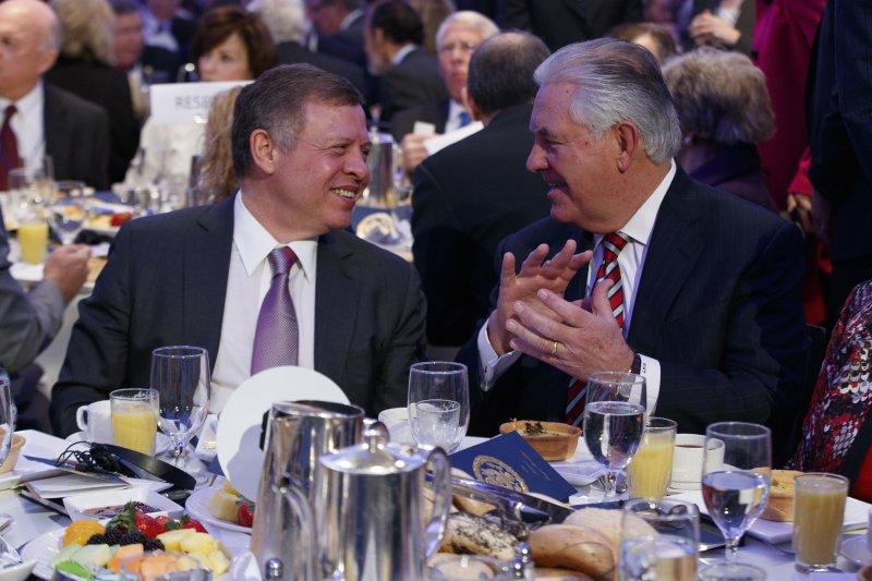 約旦國王(左)訪問美國,與新任國務卿提勒森一同用餐。(美聯社)