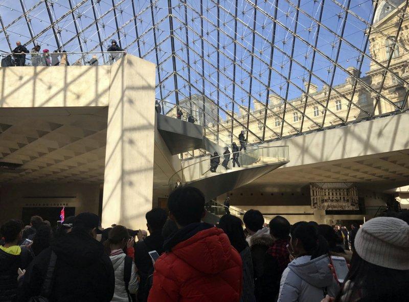攻擊事件後,軍警疏散群眾、淨空博物館。(美聯社)