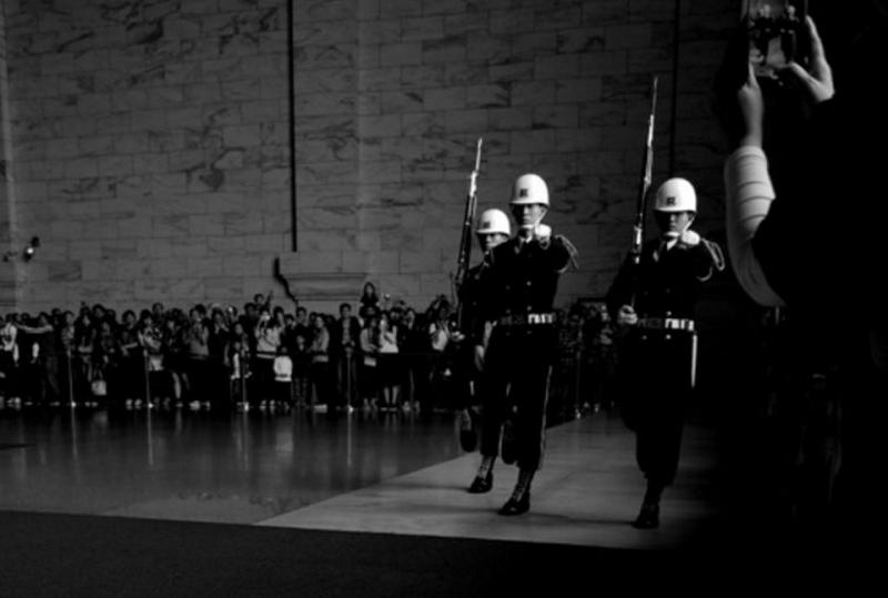 衛兵換崗,是這裡最具吸引力的一個儀式。(胡發雲提供)
