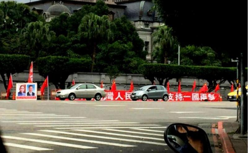 路過總統府,看到路邊出現了這樣的景象。(胡發雲提供)
