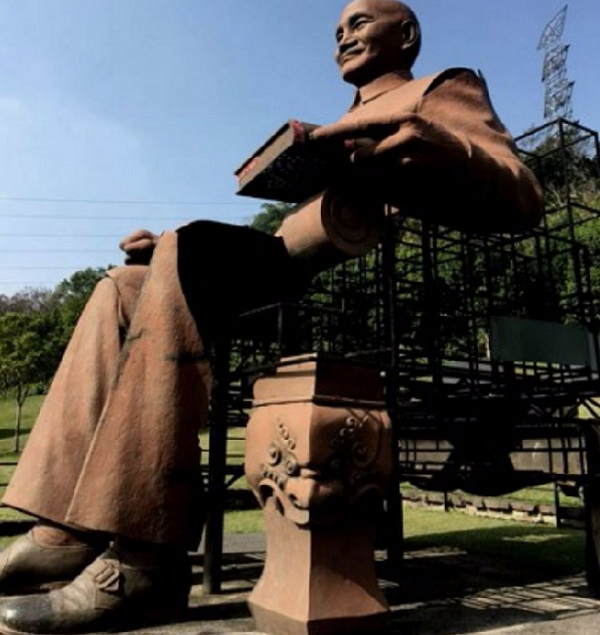 高雄一尊支離破碎的雕像正好還原蔣介石成為真正的一個人。(胡發雲提供)