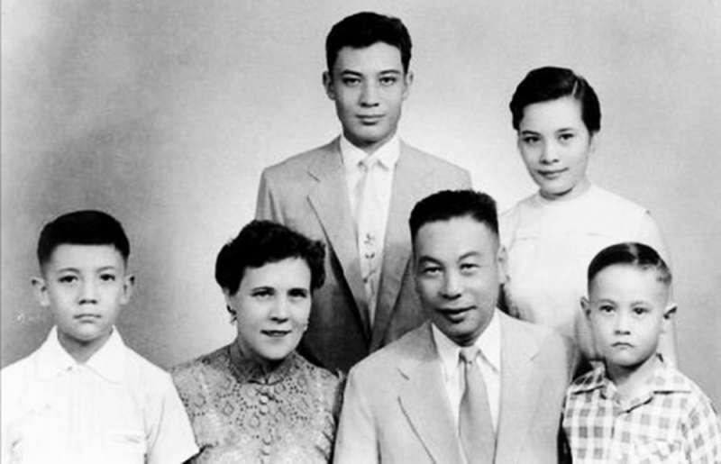 蔣經國家庭:(前左起)蔣孝武、蔣方良、蔣經國、蔣孝勇、(後左起)蔣孝文、蔣孝章(圖/wikimedia commons)