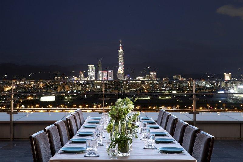 看夜景一直是約會中不可或缺的行程,高空景觀酒吧餐廳「INGE'S」已經是台北約會勝地之一。(圖/台北萬豪酒店提供)