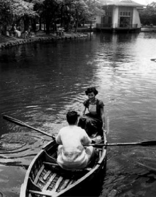 1955年,小艷秋攝於台中公園的連鎖劇畫面。(《台灣影視歌人物誌》頁148/提供)