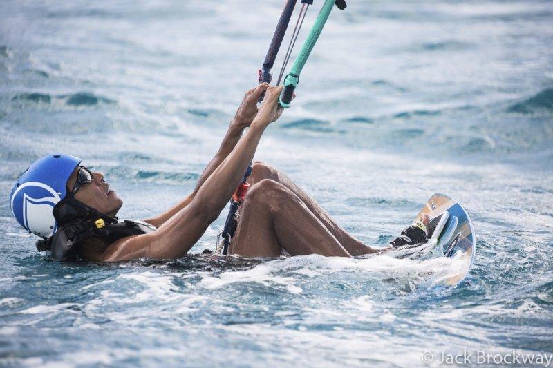 美國前總統歐巴馬卸任後開心度假,大玩衝浪的照片被po上網,網友直呼懷念。(美聯社)