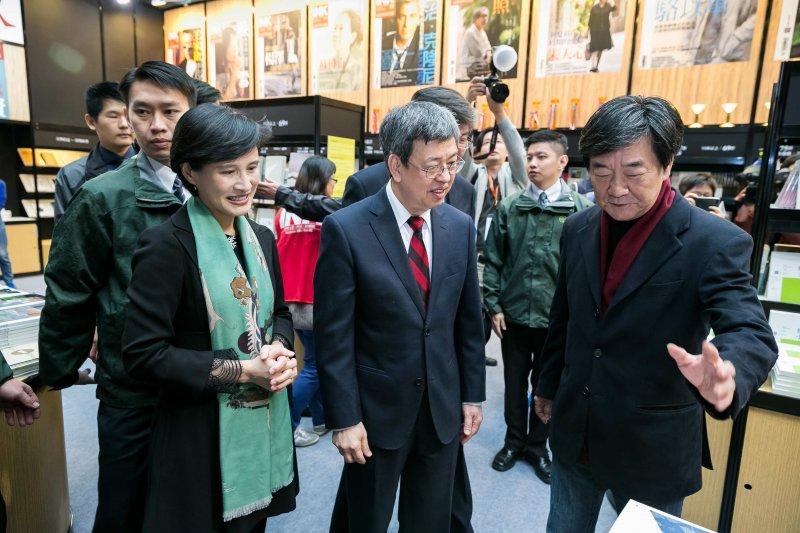 印刻出版總編輯初安民(右)向副總統介紹出版書籍。(文化部提供)