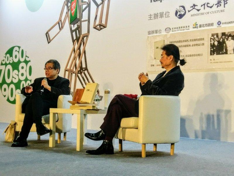 前民進黨主席施明德在2017台北國際書展與作家楊照進行對談,楊照認為,不思考的社會將對民主造成極大的傷害。(陳俐穎攝)