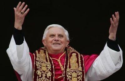 2005年4月19日,當選教宗的本篤十六世在梵蒂岡的聖伯多祿大殿向群眾揮手(AP)