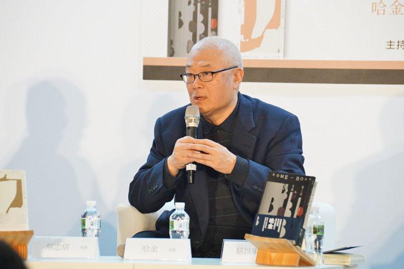 20170211-作家哈金新書發表會,名嘴胡忠信、作家駱以軍受邀與談。(盧逸峰攝)