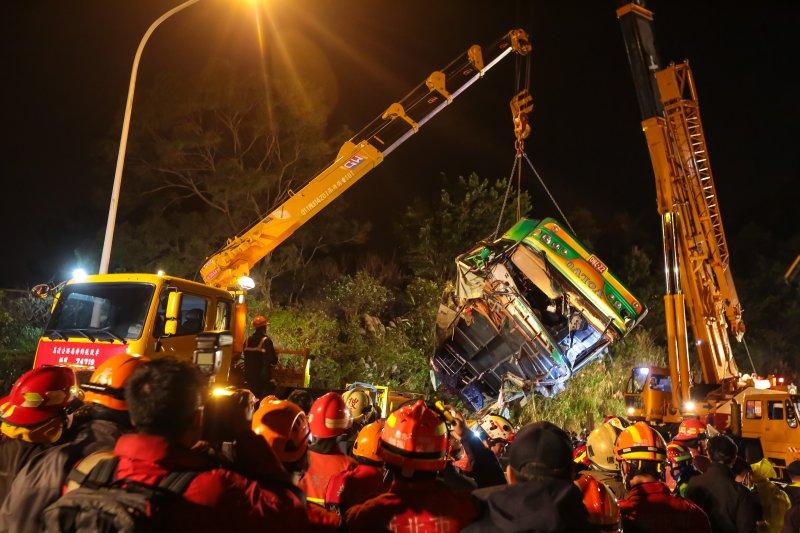 20170213-國道5號武陵賞櫻團遊覽車翻覆事故現場,大型吊車將車體吊離邊坡。(顏麟宇攝)