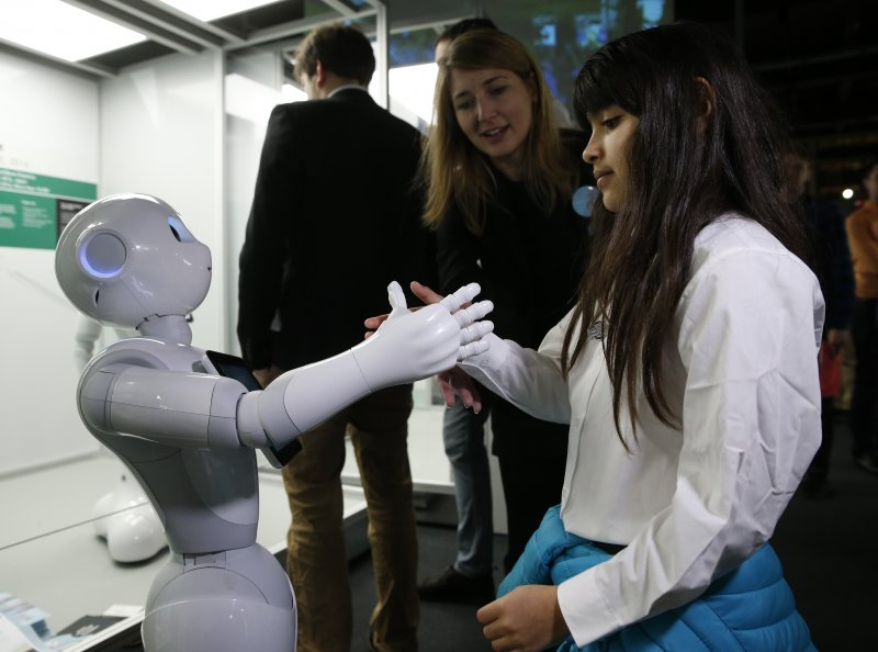 英國倫敦的科學博物館本月起舉辦機器人展覽,日本軟體銀行開發的Pepper機器人與民眾互動(AP)