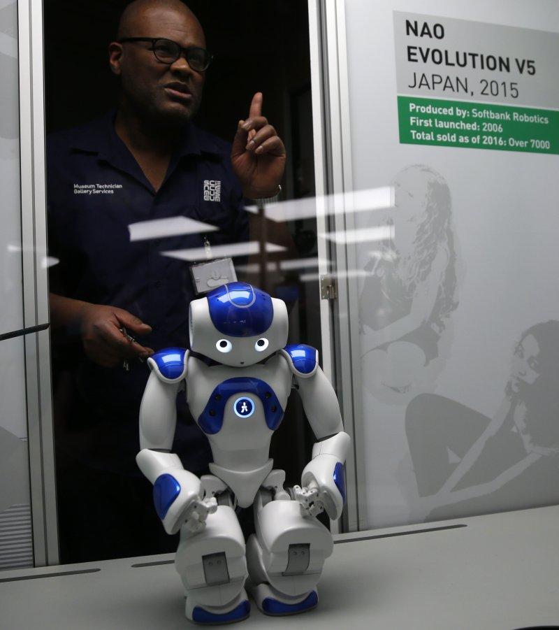 英國倫敦的科學博物館本月起舉辦機器人展覽,一位工程師正在調整日本的「NAO Evolution」人形機器人(AP)