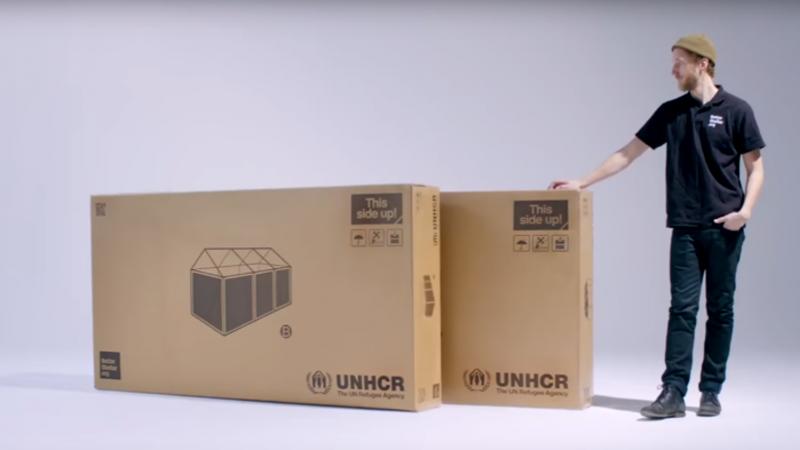 兩個扁平紙箱,竟裝著能住五個人的簡易避難所。(圖擷取自YouTube)