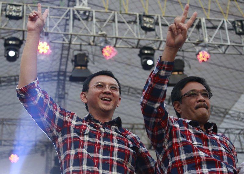 雅加達華裔首長鍾萬學尋求連任,與副手穿著招牌紅格襯衫出席造勢會場。(美聯社)