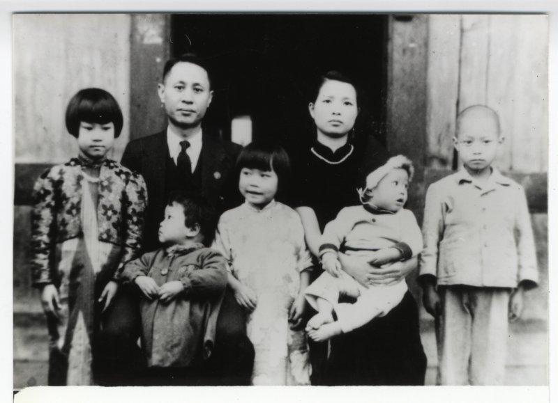 9-3-5吳金鍊家庭照 吳金鍊(1913-1947)《台灣新生報》副總編輯(吳蕭宏 提供)