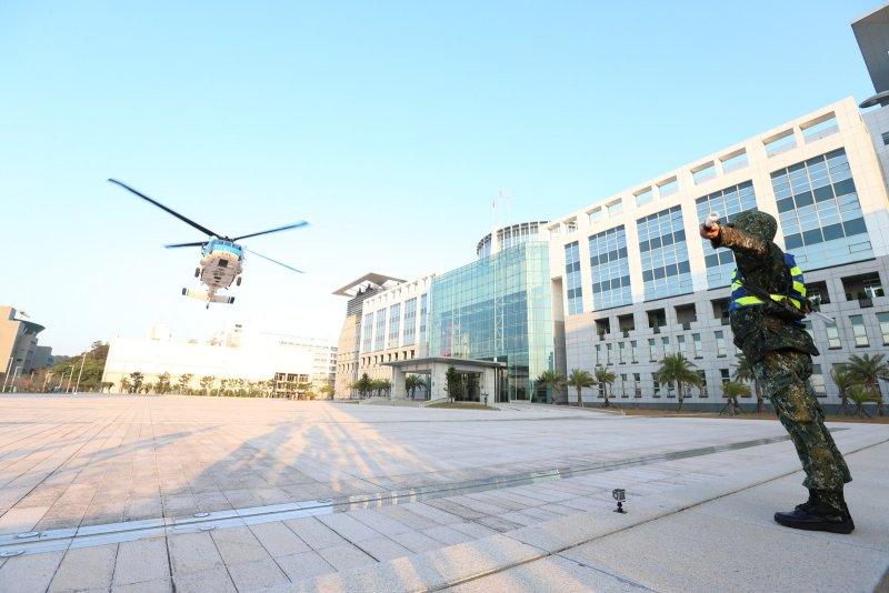 國軍為精實戰備任務訓練及緊急應變能力,17日派遣空軍S-70C型機(海鷗直昇機)在博愛營區(大直國防部)執行試降任務。(國防部)