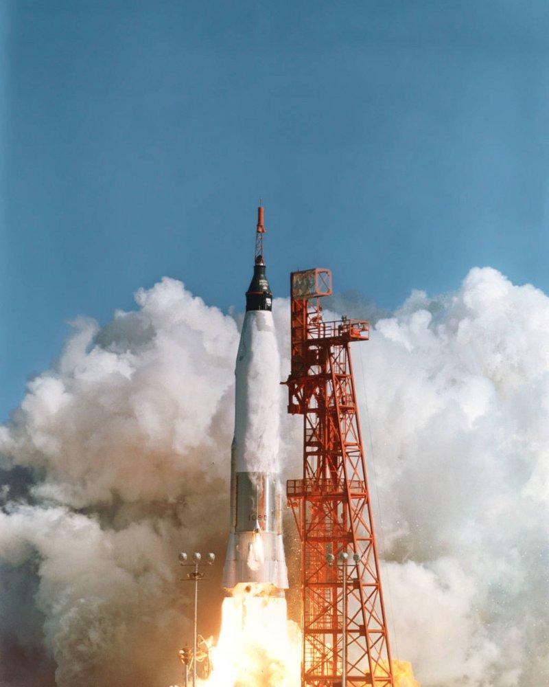 美國在1959年進行第一個載人航空任務「水星計畫」成功將太空人葛倫送上太空繞行地球軌道三圈。(圖取自NASA)