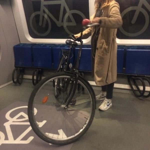 哥本哈根火車上可以停放自行車的座椅。(馮婧攝)